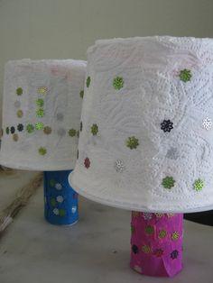 Yoğurt kutusu ve kağıt havlu rulosundan abajur. Okul öncesi çocuklar için güzel bir etkinlik.