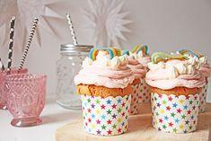 Mit diesem einfachen DIY Rezept für Party Muffins zeigen wir euch, wie ihr ausgefallene Muffins im Einhorn-Stil backt und sie mit einem Regenbogen verziert.