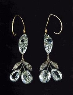 This gem in diamond, mounted in gold and silver, precious stones from Brazil are of rare beauty. It was commissioned by Catherine II and since worn by all the empresses and grand duchesses on their wedding day.    Maria Pavlovna in her memoirs said she could barely move, the earrings were so heavy that during the meal She took them off and has hung them on his glass, which greatly amused Nicolas II.