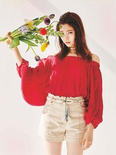 【八木 アリサ】目にも鮮やかな赤のオフショルでヘルシーな肌みせ Lily Brown タックオフショルブラウス ¥7,800(+税)