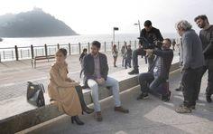 María León y Jon Plazaola, en el rodaje de 'Allí abajo' en San Sebastián.