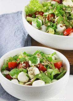 Salad With Mozzarella. Salad with mozzarella cheese. Healthy Salads, Healthy Eating, Healthy Recipes, Fresco, Mozzarella Salad, Cabbage Salad, Food Design, Food Print, Salad Recipes