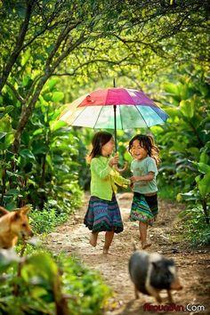 Vietnam, girls with umbrella. Kids Around The World, People Around The World, Precious Children, Beautiful Children, Little People, Little Girls, Vietnam Voyage, Foto Baby, Under My Umbrella