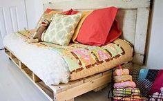 Paletes podem ser transformados em um sofá, como este da foto, cama e mesa de centro (Foto: Reprodução/Sofá de Ideias)