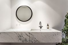 Round mirror and marble vanity. Diy Bathroom Decor, Bathroom Interior, Small Bathroom, Vanity Bathroom, Bathroom Remodeling, Mirrors And Marble, Bathroom Toilets, Washroom, Bathtub Shower