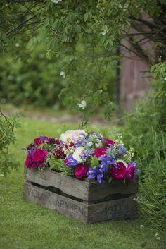 Mixture-of-roses-in-antique-crate