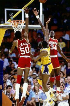 Magic Johnson trying to score against the twin towers Ralph Sampson and Hakeem Olajuwon Fsu Basketball, Houston Basketball, Rockets Basketball, Basketball History, Basketball Leagues, Basketball Pictures, Basketball Legends, Basketball Players, Virginia Basketball