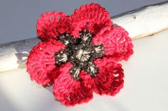 Crochet Red Poppy Brooch - Wearable Fiber Art di CraftAroundTheClock su Etsy How To Draw Ribbon, Poppy Brooches, Etsy Crafts, Organza Gift Bags, Red Poppies, 4th Of July Wreath, Wearable Art, Fiber Art, Glass Beads