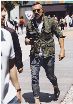 Discover the details that make the difference of the best unique people with a lot of Mature Mens Fashion, Old Man Fashion, Camo Fashion, Unisex Fashion, Suit Fashion, Military Fashion, Street Style, Cool Street Fashion, Mens Smart Casual Outfits