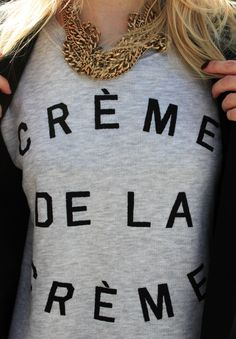 Look do Dia = Camiseta com Estampa de Texto + Maxi Colar de Correntes
