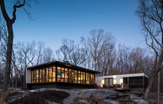 Projetada por James Evans, discípulo do arquiteto Louis Kahn, e construída na década de 1960, a casa de vidro é um exemplar da arquitetura modernista de Connecticut, nos EUA. Reformada em 2007 pela família Fielden, a construção sofreu um incêndio e precisou ser reconstruída
