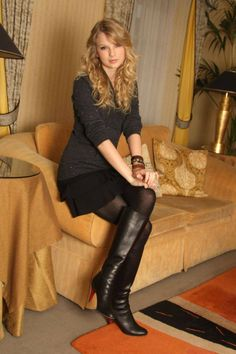 Taylor Swift in black leather knee high boots and black tights Taylor Swift 2011, Photos Of Taylor Swift, Mini Skirt Dress, Mini Skirts, Modest Outfits, Skirt Outfits, Wool Tights, Sexy Boots, High Boots