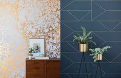 Ao que parece, o papel de parede com detalhes metalizados é o queridinho da vez! Que tal adicionar um pouco de efeito de ouro em sua casa? Esse tipo de revestimento enfeita e traz uma sensação de sofisticação e modernidade para os ambientes. #interiorstyling #interiordecor #dourado #papeldeparede #metalizado #metaldecor #peçaslindas #decoraçãodebomgosto #decoraçãoelegante #banheirodecorado #decoraçãodeinteriores #designdeinteriores #decorarfazbem #comprardecoracao #carrodemola.