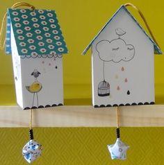 Et Hop ! Voilà notre Merveille de petite Cabane en Carton imaginée par les Colocataires....Le Graphisme est signé la Famille Mouchette... Et ça donne une adorable petite cabane Déco !Une petite Cabane à déposer ou à suspendre, comme on veut !Une mini création Déco à offrir tout le temps !