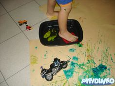 Montessori Summer Art Activities: Toddler Art Foot Printing {My Life With Pipidinko blog}