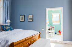 Tolle Kombination! Hier ein Blick von einem blau gestrichenen Schlafzimmer in ein grünes Kinderzimmer!