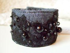 Armbånd med påsydde blonder og perler