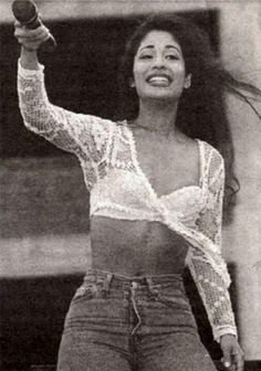 Selena Quintanilla Perez : Photo white lace bolero and bra Selena Quintanilla Perez, Jenni Rivera, Divas, Beautiful People, Beautiful Women, Swagg, Look Fashion, 90s Fashion, Vintage Fashion