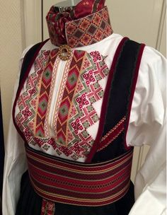 Bilderesultat for rødtrøye Norwegian Clothing, Scandinavian Embroidery, Costumes Around The World, Folk Clothing, Tablet Weaving, Tribal Dress, Wedding Costumes, Folk Costume, Vestidos