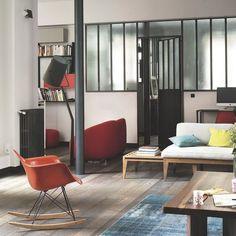 L'esprit d'atelier chic envahit le séjour de l'appartement parisien