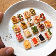 Miniature Bread By Smile Pindot Cute Polymer Clay, Cute Clay, Polymer Clay Miniatures, Polymer Clay Crafts, Dollhouse Miniatures, Miniature Crafts, Miniature Food, Miniature Dolls, Kreative Desserts