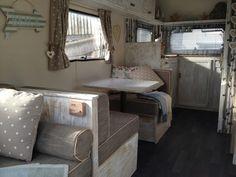 Caravane avec décoration en gris et des éléments vintage