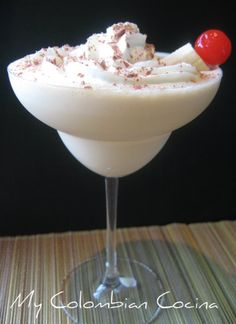 The banana split is one of my favourite deserts, but it is even better in a cocktail and perfect for a dinner party with friends. Baileys Irish Cream, Banana Split, Colombian Food, Colombian Recipes, Good Food, Yummy Food, Delicious Recipes, Beer Industry, Alcohol Drink Recipes