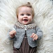 Gilipeysa is a sweet little yoke sweater for the wee ones. Knitted with the very soft and fine Icelandic lambswool Gilitrutt Tvíband Kids Knitting Patterns, Knitting For Kids, Baby Patterns, Knitting Projects, Hand Knitting, Baby Pullover, Baby Cardigan, Brei Baby, Pull Bebe