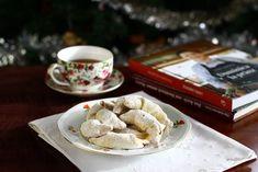 cornulete fragede cu unt si smantana umplute cu gem si nuca reteta pas cu pas No Cook Desserts, Deli, Macarons, Camembert Cheese, Cooking Recipes, Sweets, Cookies, Unt, Tableware