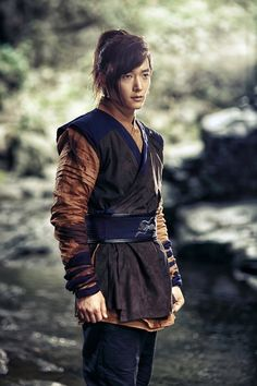 Choi Jin Hyuk's breakthrough role came In Gu Family Book. Don't you think all 186 centimeters of him look spectacular down to every strand of his lovely hair? - 12 hot actors who rocked historical manes Choi Jin Hyuk, Hot Korean Guys, Korean Men, Traditional Fashion, Traditional Outfits, Asian Actors, Korean Actors, Korean Dramas, Hot Actors