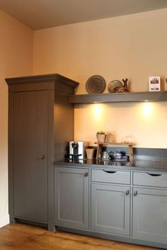 Over the years, many people have found a traditional country kitchen design is just what they desire so they feel more at home in their kitchen. Cosy Kitchen, Kitchen Redo, Kitchen Styling, Kitchen Remodel, Basement Kitchen, Open Kitchen Cabinets, Happy New Home, Grey Countertops, Country Kitchen Designs