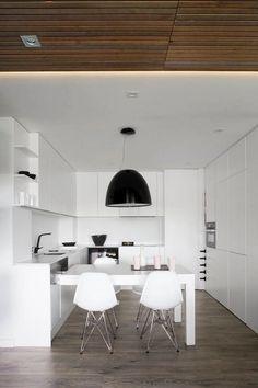 cuisine en U blanche avec table à manger et chaises design
