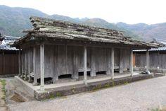【対馬島】味わい深いたたずまい・・・日本でも対馬島にしか見られないといわれる建築物「石屋根倉庫」は板状の石で屋根を葺いた倉庫です。かつては島の各所で、住宅地から離れた場所にこのような高床式倉庫を建築して集積し、石屋根倉庫群を形成していたそうですが、現在はその多くが瓦葺になり、今では椎根地区に「対馬島の原風景」としてわずかに残るのみだそうです。島を訪れる際にはぜひ探してみてください♪(´▽`)現地から昭和13年に立てられた石屋根倉庫の写真が届きましたのでご紹介しますヽ(`▽´)/ 写真: 阿比留 忠明 文: 在津 吾朗