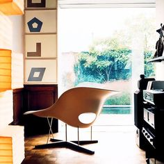 Inspired by the 'Floating Figure' sculpture by Gaston Lachaise, Charles and Ray Eames designed the elegant lounge chair La Chaise for a competition at the Museum of Modern Art in New York in 1948. La