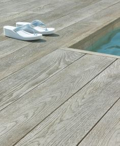 Millboard Composite Decking is inspired by nature, designed for living. Virtually maintenance free, Millboard represents the next generation in composite decking. Wood Pool Deck, Timber Deck, Decks Around Pools, Pool Decks, Composite Flooring, Composite Decking, Pool Landscape Design, Deck Design, Swimming Pools Backyard