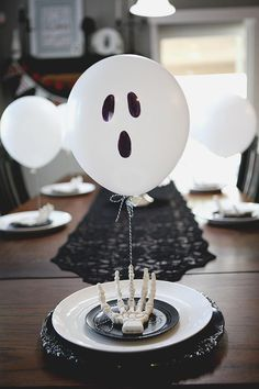 25 ideas for Halloween parties to take your bash to the next .- 25 ideas for Halloween parties to take your bash to the next level - Halloween Party Snacks, Spooky Halloween, Décoration Table Halloween, Halloween Table Settings, Halloween Balloons, Halloween Table Decorations, Halloween Food For Party, Halloween Birthday, Decoration Table