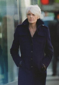 Во Франции количество красивых и элегантных женщин за пятьдесят просто поражает. Эти женщины спокойно носят юбки выше колена, прекрасно выглядят, даже если их кожа неидеальна. Они не боятся стареть и комфортно чувствуют себя в своем возрасте. Мы публикуем выдержку из 10 правил книги «Уроки красивого старения: секрет