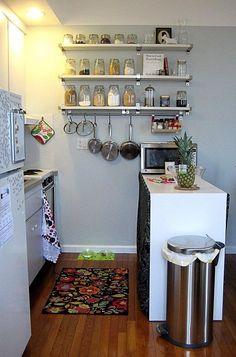 Хороший вариант благоприятно оформить стену на кухне, что заметно сэкономит пространство.