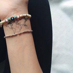 Tatuaje pequeño de mapa en muñeca