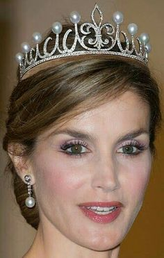 Tiara Mania: Pearl Fleur de Lys Tiara worn by Queen Letizia of Spain - perfect tiara for her. Given to Princess Letizia either by her husband for their anniversary or as a gift from the jewelers Ansorena. Royal Crown Jewels, Royal Crowns, Royal Tiaras, Royal Jewelry, Tiaras And Crowns, Spanish Royalty, Estilo Real, Tiara Hairstyles, Circlet