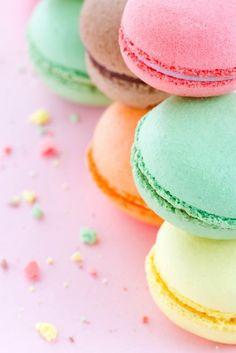 Sticker Kleurrijke makarons op pastel roze achtergrond • Pixers® - We leven om te veranderen