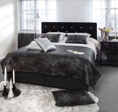 Tyylikästä glamouria makuuhuoneen sisustukseen kiiltäväpintaisia materiaaleilla. Klikkaa kuvaa, niin näet tarkemmat tiedot.