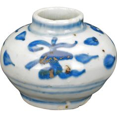 Small Chinese Ming blue and white porcelain jar 15th/16th century