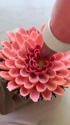 Cupcake Decorating Tips, Cake Decorating Frosting, Creative Cake Decorating, Cake Decorating Designs, Cookie Decorating, Professional Cake Decorating, Cupcake Flower Bouquets, Floral Cupcakes, Pretty Cupcakes