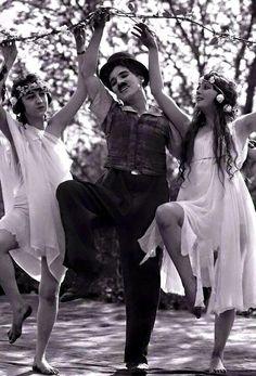 """x.......""""Hayat ön provası yapılmamış bir tiyatro gösterisidir. Bu, alkışı olmayan tiyatronun perdesi kapanmadan; gülün, şarkı söyleyin, dans edin, aşık olun… Hayatınızın her anını değerlendirin.""""  Charlie Chaplin"""