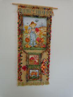 """Painel em tapeçaria 1,00 x 0,45 mts. aplicação de tecido""""motivo fazendeiro"""", decoupage, bordados diversos com textura, miçangas, renda de bilro e muito frufru, dando ideia de dimensão 3D."""
