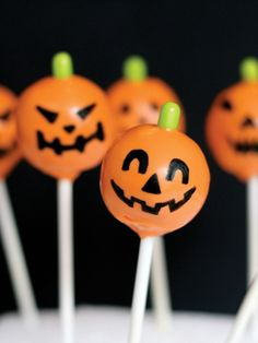 Jack O' Lantern Cake Pops. made these for my kids' Halloween Party a couple years ago. harder than they look, but yummy! Halloween Food Crafts, Halloween Fonts, Halloween Sweets, Theme Halloween, Halloween Birthday, Samhain, Pumpkin Cake Pops, Halloween Cake Pops, Cake Pop Sticks