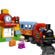 Wprowadź dziecko do świata pociągów i budowania z pierwszą kolejką LEGO® DUPLO®! Zbudujcie kolorowy pociąg parowy z efektami dźwiękowymi, wagonem pasażerskim, stacją z kasą biletową, pompą i sygnalizatorem. Zestaw zawiera mnóstwo klocków DUPLO i ponad 55 cm torów, więc idealnie nadaje się dla młodych budowniczych, którzy całymi godzinami będą twórczo bawić się kolejkami. W zestawie są również figurki DUPLO — maszynista i dziecko.