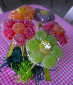 Manualidades con gomitas dulces Manualidades con gomitas dulces Manualidades con gomitas dulces Manualidades con gomita... Chocolate Flowers Bouquet, Bar A Bonbon, Candy Favors, Favours, Snack Recipes, Snacks, Candy Bouquet, Candy Table, Party Treats