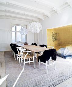 Eg, sorte stole, lamper ... Skandinavisk glam i Aarhus midtby | Bobedre.dk